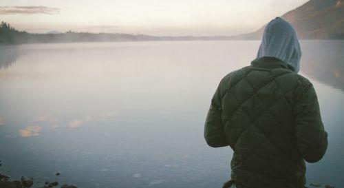 Samotny człowiek nad jeziorem