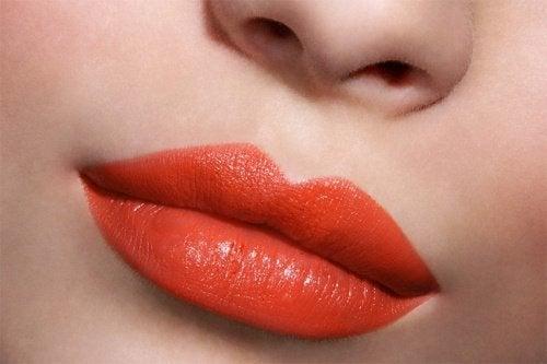 Duże, czerwone usta