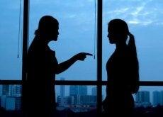 Dwie kobiety w cieniu - ludzie którzy Cię otaczają