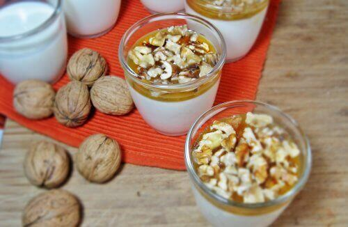 Jogurt z orzechami, śniadanie