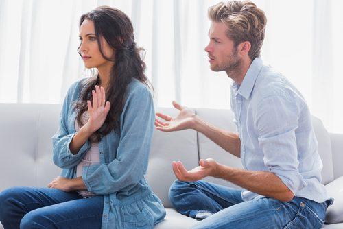 Kobieta wykonuje odmowny gest do mężczyzny wskazując na niezadowolenie ze związku