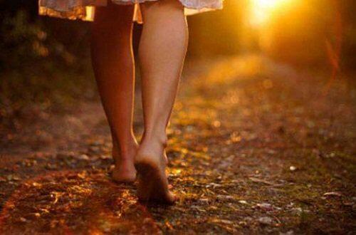 Spacerująca na boso kobieta