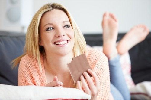 kobieta je czekoladę