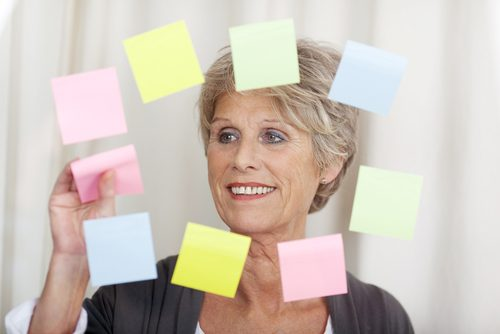 Starsza kobieta i kartki samoprzylepne
