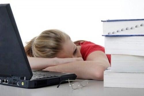 Zmęczona kobieta leży na biurku - niedobór białka