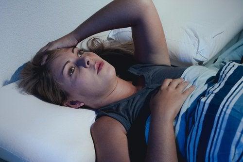 bezsenność - kobieta nie może spać
