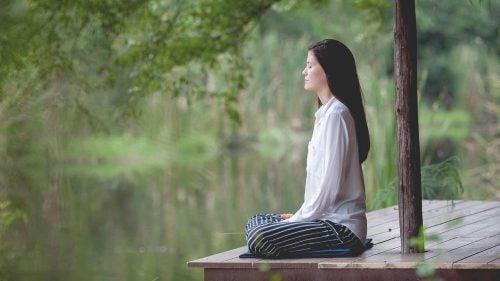 Kobieta oddycha i relaksuje się, co wspomaga kontrolowanie cholesterolu