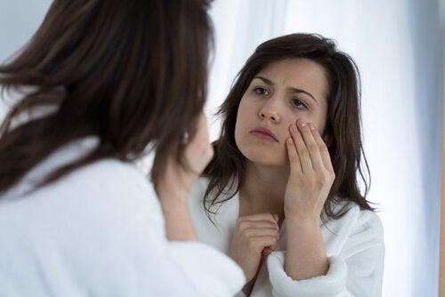 Kobieta ogląda oczy przed lustrem