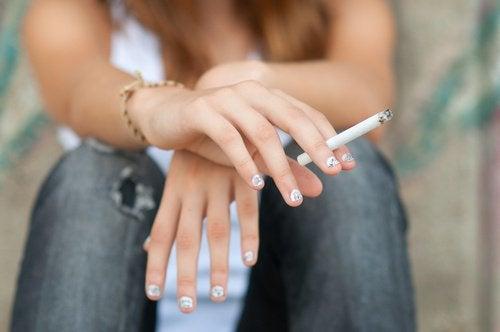 nastolatka pali papierosa - nastolatki i narkotyki
