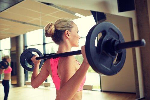 Jak pozbyć się bólu pleców kobieta na siłowni