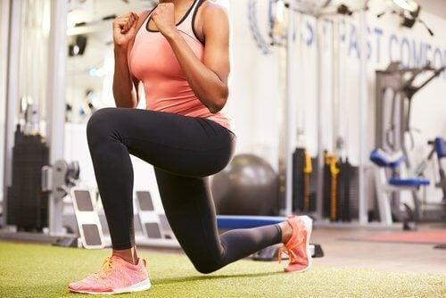 Kobieta w przyklęku. Ćwiczenia na spalanie kalorii