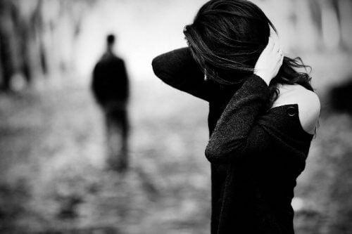 Mężczyzna odchodzi, kobieta trzyma się za głowę