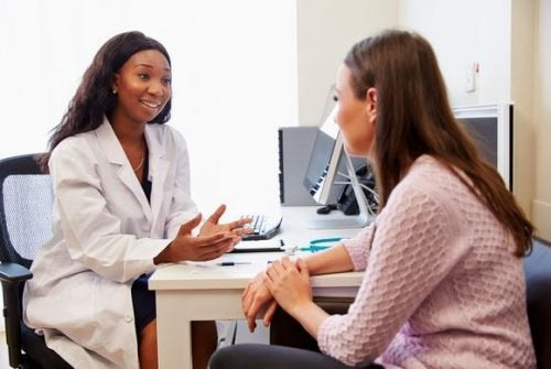 kobieta lekarka i jej pacjetna