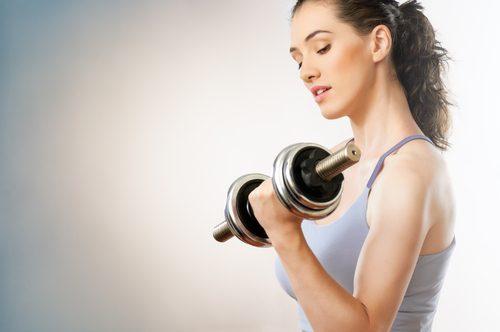 Kobieta ćwiczy triceps