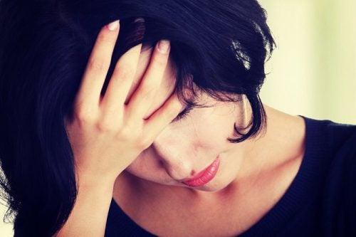 Kobieta z pochyloną głową