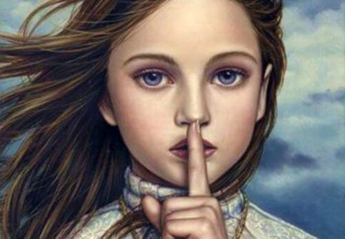 Kobieta zasłania usta - dochować tajemnicy