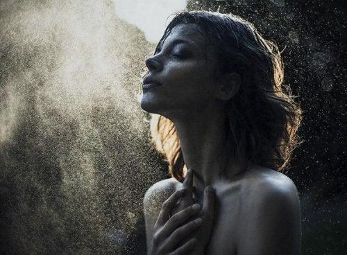 Kobieta spogląda w niebo
