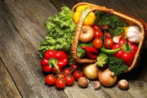 Kosz warzyw, z których powstanie zupa warzywna