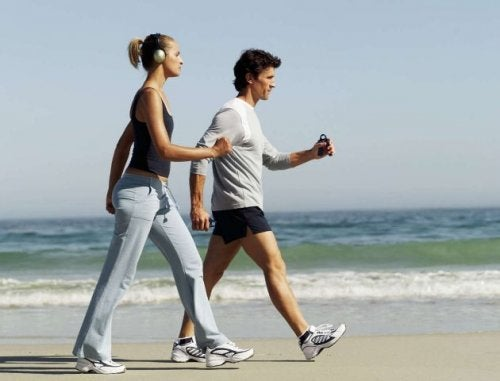 Dwoje ludzi na spacerze na plaży