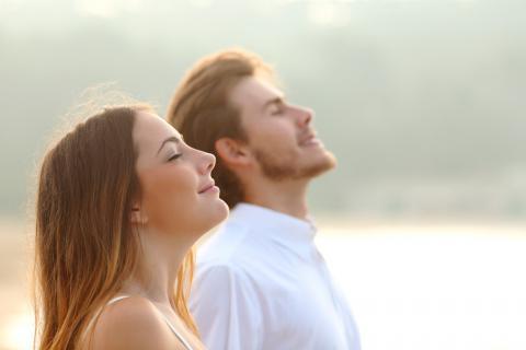Mężczyzna i kobieta relaksują się i oddychają