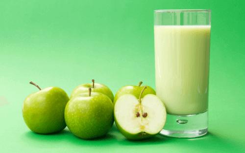 napój i jabłka