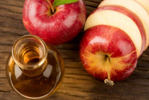 Ocet jabłkowy i pocięte jabłka