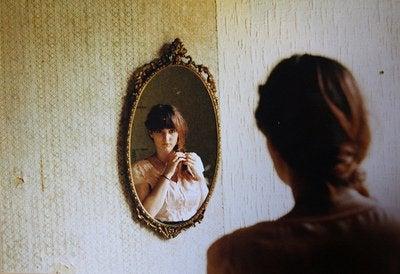Odbicie w lustrze kobiety