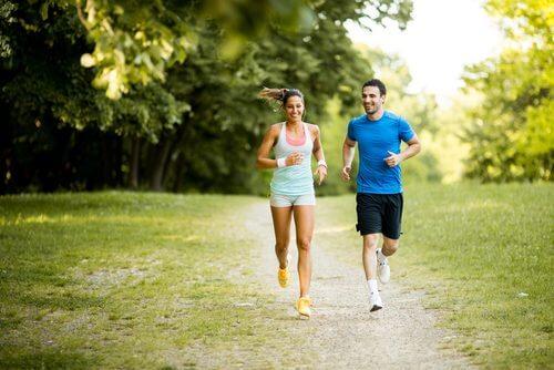 Para uprawiająca jogging
