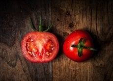 Pomidory na desce do krojenia