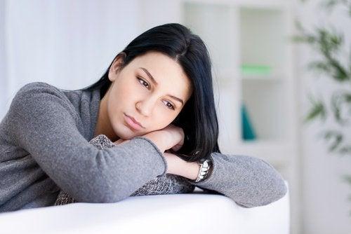 Smutna kobieta siedząca na fotelu