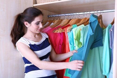 Kobieta sprząta szafę - dobrze wykorzystać przestrzeń w szafie