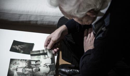 Starzec ze zdjęciami