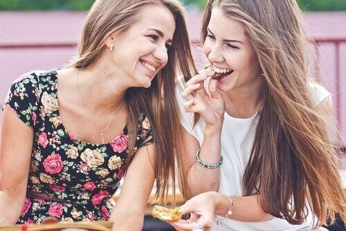 Uśmiechnięte przyjaciółki - niezapomniani ludzie wywołują uśmiech na twarzy innych