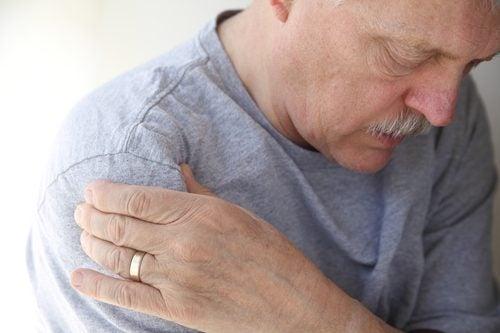 zapalenie ścięgna barkowego u osób w różnym wieku