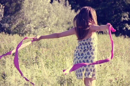 Biegnąca dziewczynka po łącw i jej życiowe decyzje