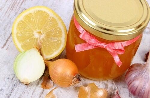 cebula, cytryna i miód na wypadanie włosów