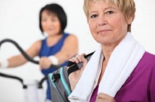 dojrzała kobieta na siłowni
