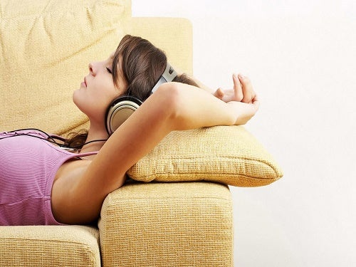 Dziewczyna słuchająca muzyki a niepokój
