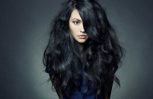 Dziewczyna z burzą włosów na głowie