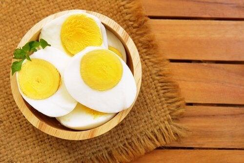 Pokrojone jajko ugotowane na twardo, czyli co jeść wieczorem