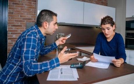 Kłótnia partnerów na temat wydatków Toksyczny partner