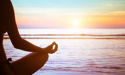 Kobieta medytuje na plaży - neurogeneza