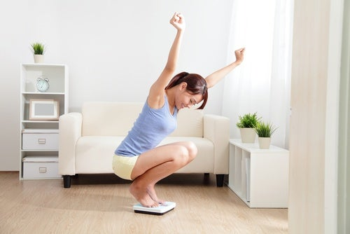 Kobieta na wadze - zdrowa utrata wagi