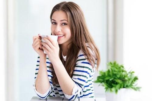 Uśmechnięta kobieta pijąca napar z pestek arbuza