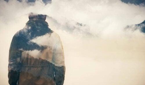Mężczyzna, las i mgła a oddalić się