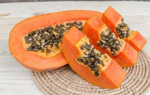 Rozkrojona na pół papaja