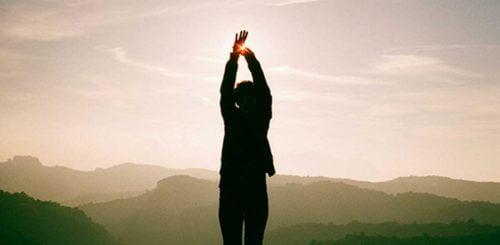 Kobieta przeciąga się - eliminujemy cukier z diety dzieki temy wraca energia
