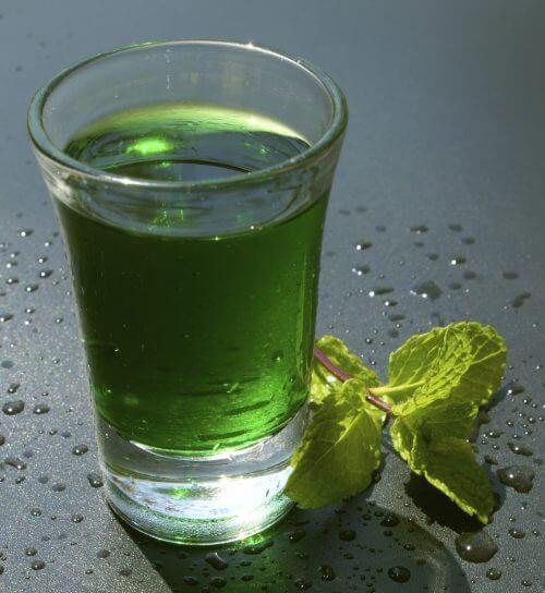 Szklanka zielonej wody