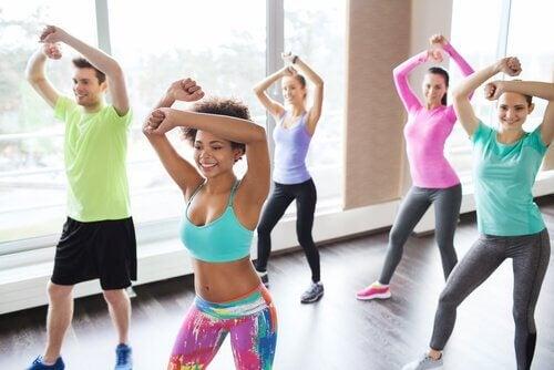 Tańcząca grupa ludzi