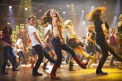 Grupa tańczących ludzi